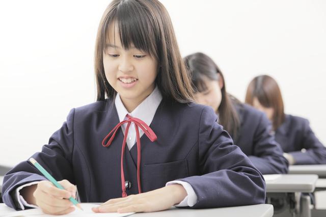テスト中の中学生の女の子