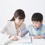 勉強中の先生と子供
