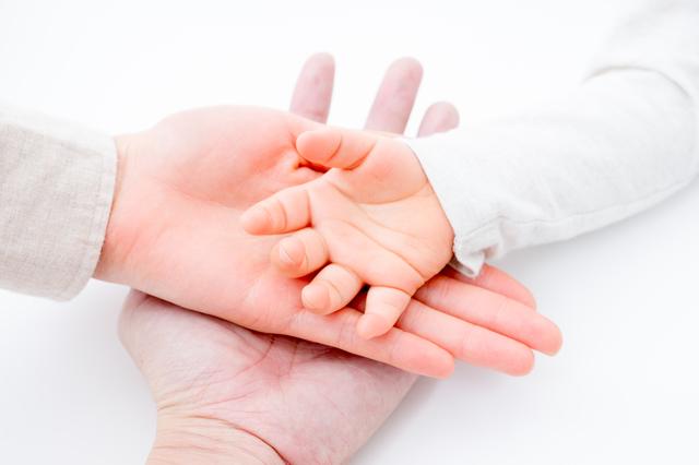 パパとママと赤ちゃんの重なった手