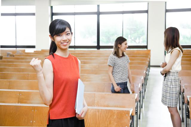 ガッツポーズする女子大学生