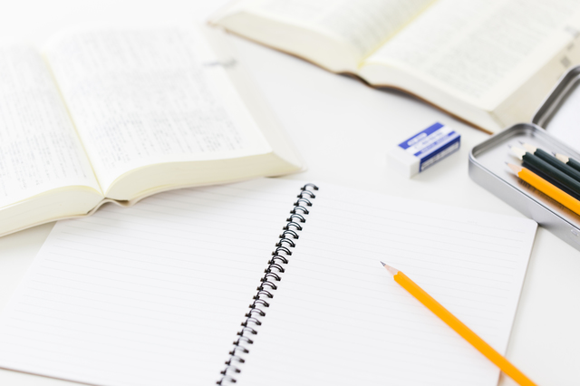 鉛筆とノートと辞書