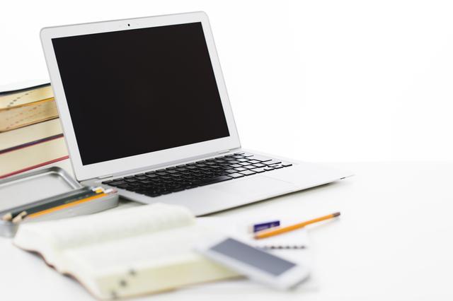 鉛筆とノートパソコンと辞書