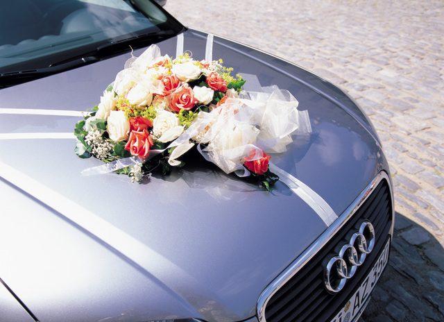 自動車のボンネットに花束