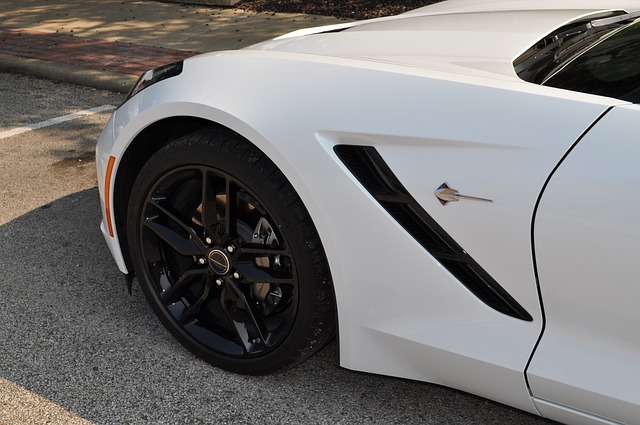 タイヤ装着後の白い車