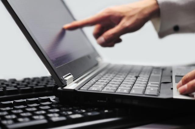 パソコン画面を指さし