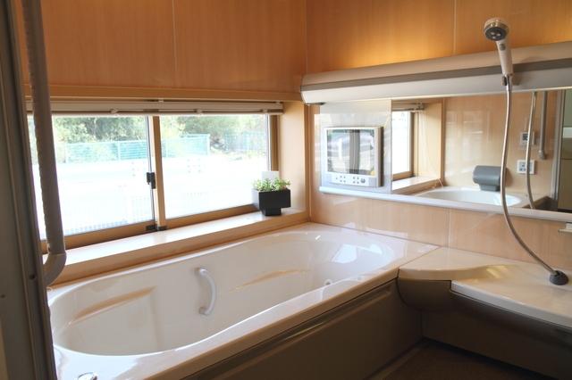 浴室バスタブ窓付きリフォーム画像