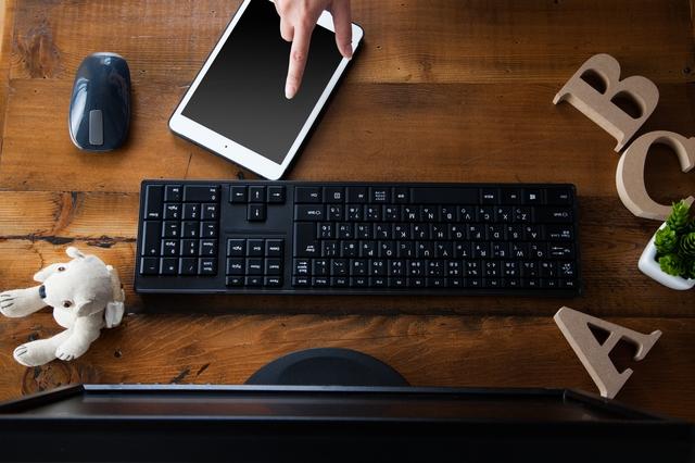 パソコン見ながらタブレットを操作