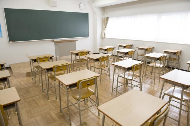 学校の机が並ぶ教室