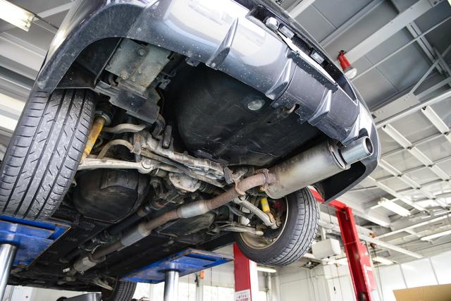 自動車整備工場でジャッキアップされた車