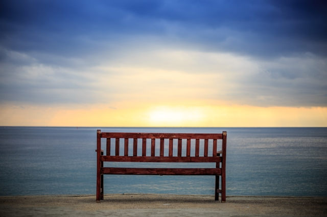 海に沈む夕日が見えるベンチ