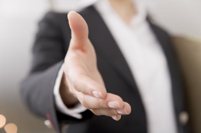 握手を求めてを差し伸べるビジネスマンの手