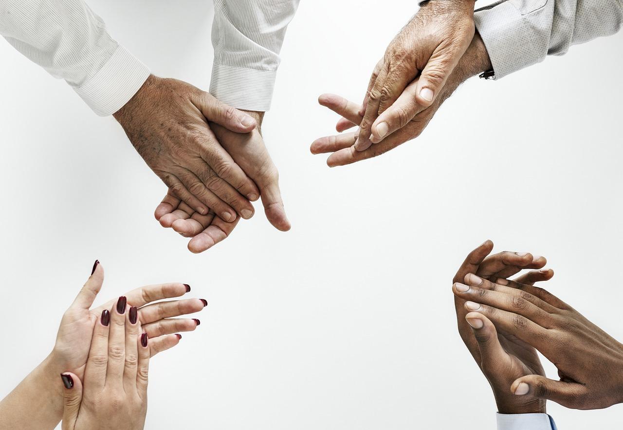 拍手する4人の手