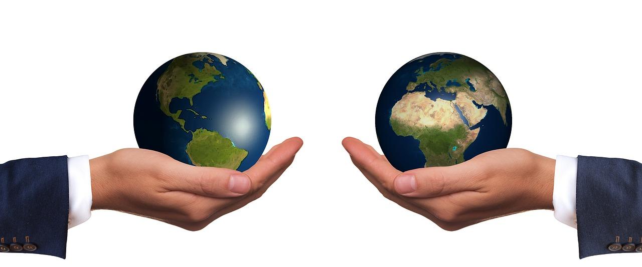 2個の地球を手にもって比較
