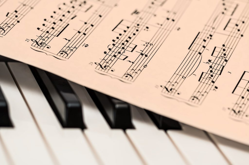 ピアノの鍵盤の上の楽譜