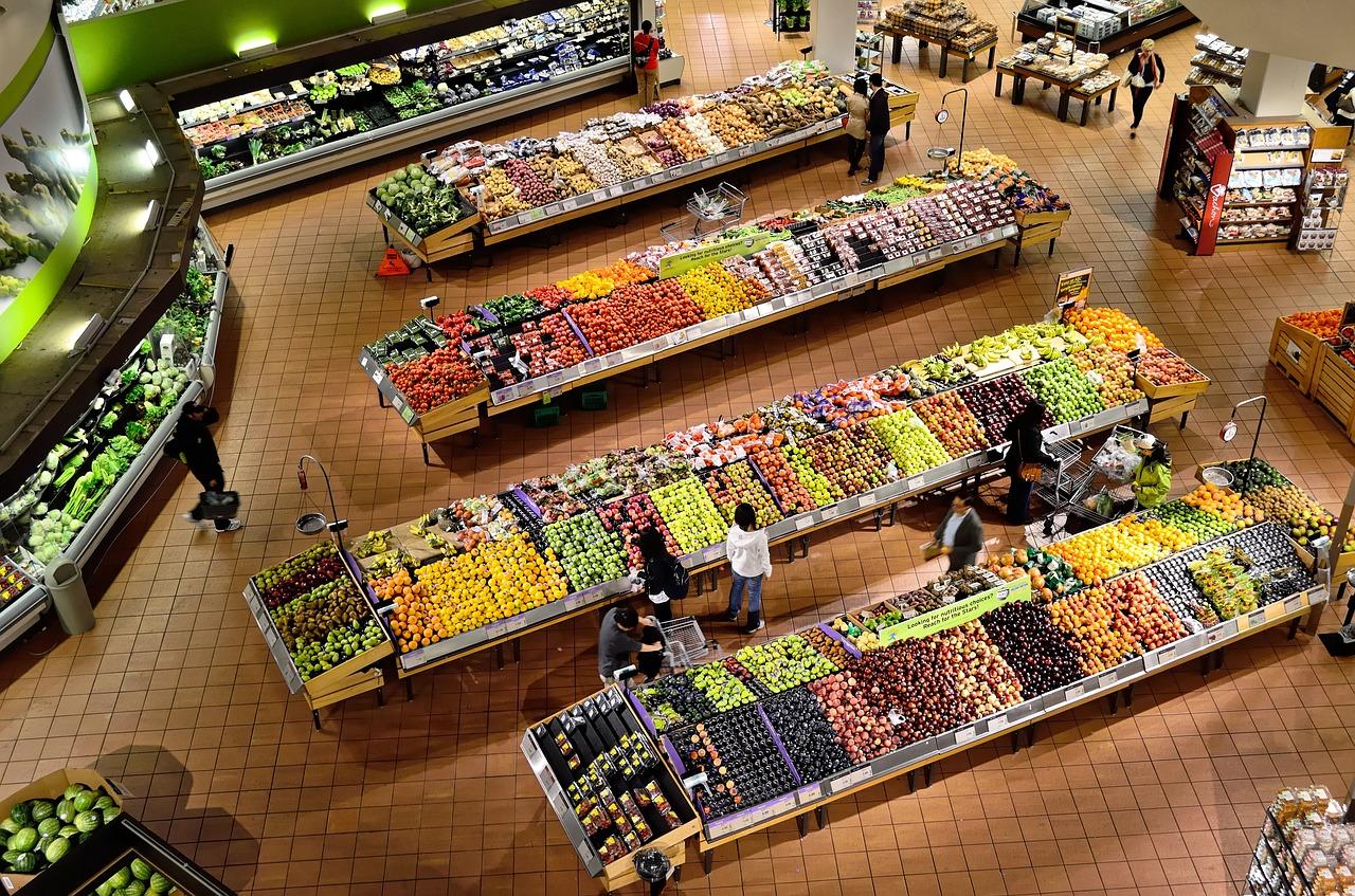 スーパーに並ぶ野菜や果物