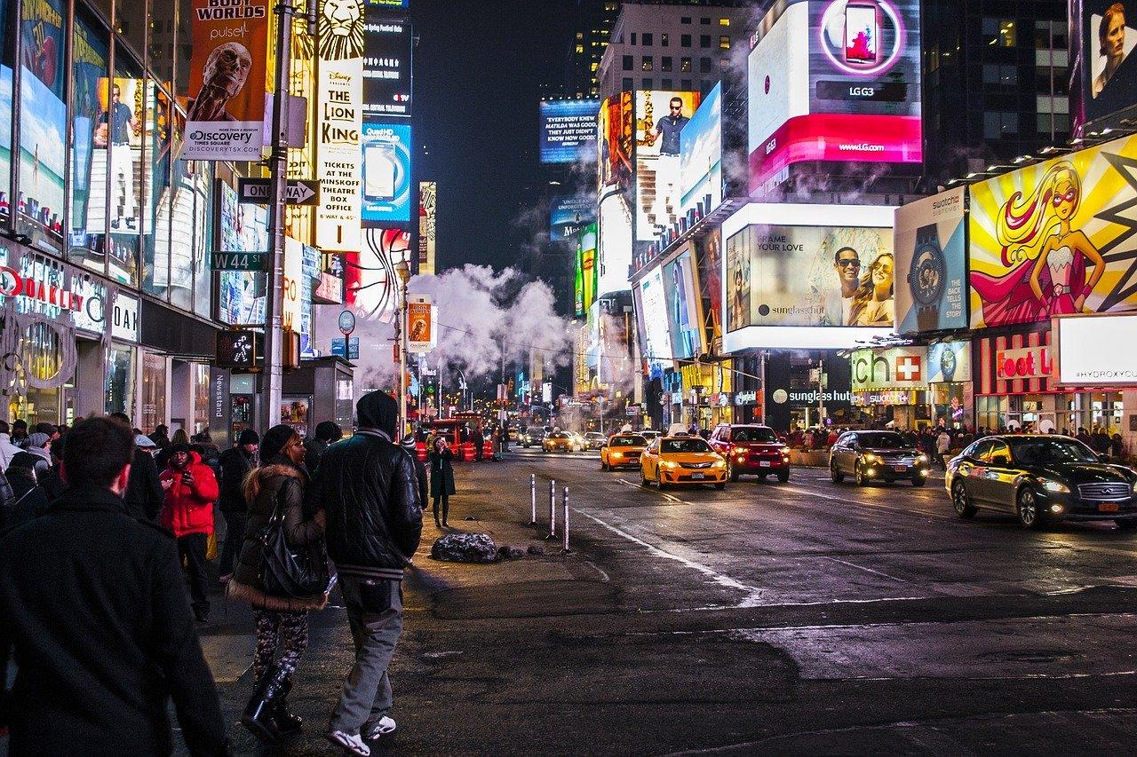 夜の街のネオン看板広告