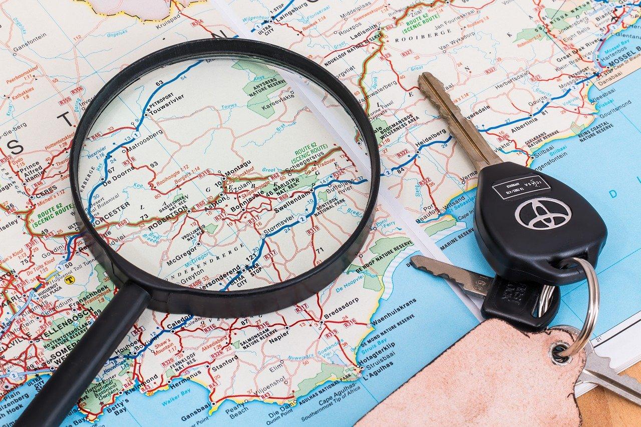 地図と虫眼鏡