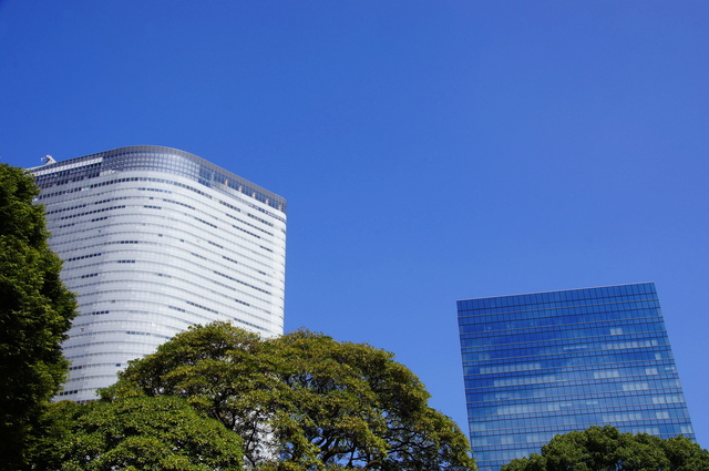 青い空と白いビル