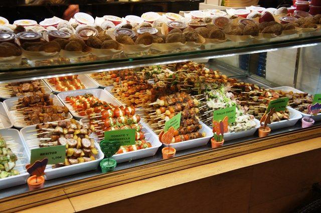 飲食店のショーケースに並ぶ食材