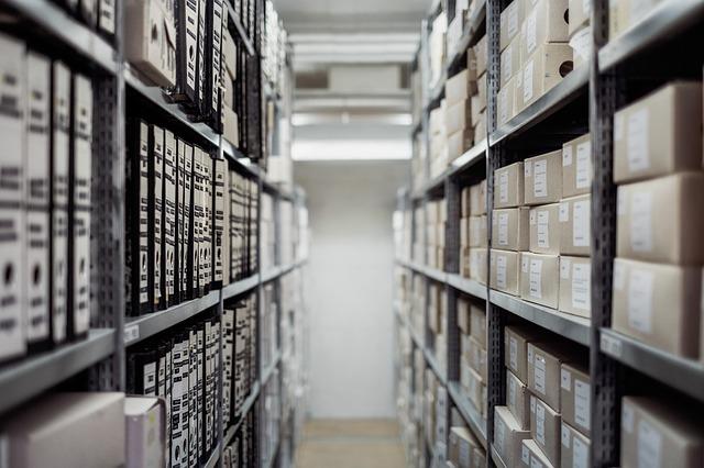 倉庫の棚に並ぶ書類