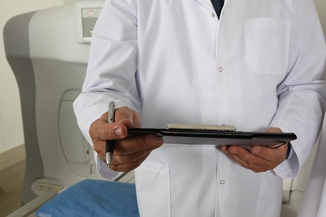 問診する白衣のドクター